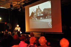 Charles Derksen presenteert het jubileumboek.